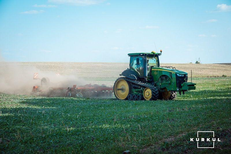 Трактор Johne Deere 8345 RT в полі