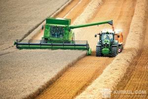 Зернозбиральний комбайн у полі