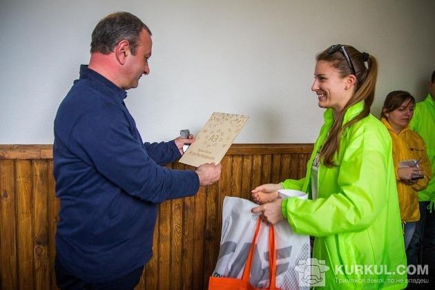Агроекспедитори дарують директору «Дружби» пам'ятну табличку