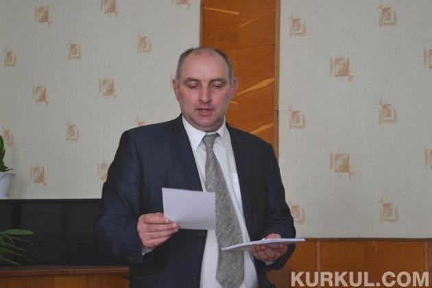 Ігор Маринченко вручає сертифікати учасникам семінару