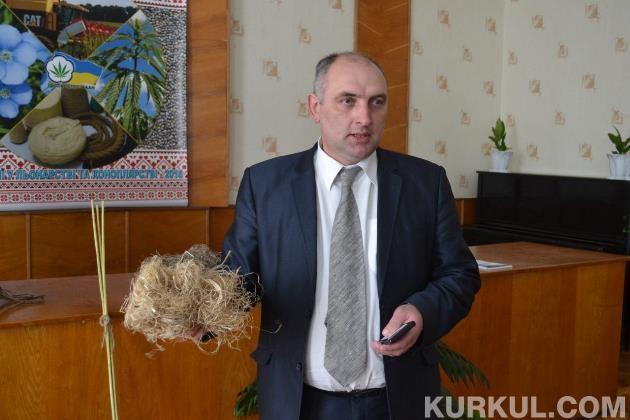 Ігор Маринченко демонструє конопляні волокна на семінарі