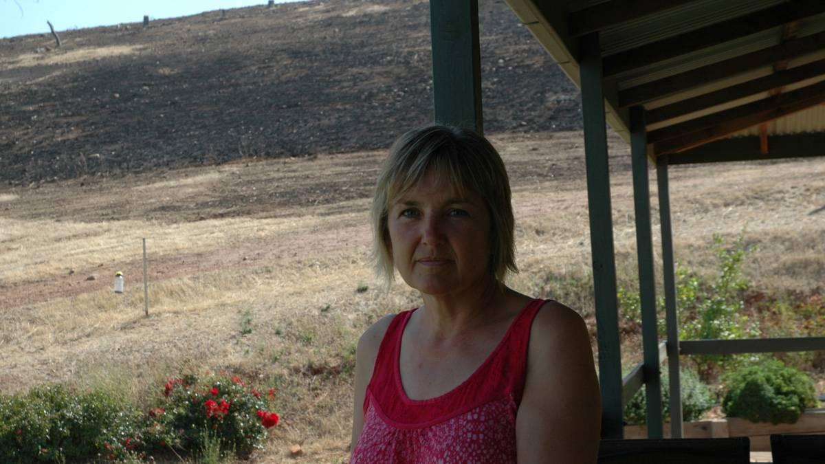 Дружина Лін Поул стоїть на балконі власного будиночка