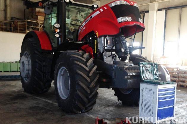 Трактор готується відправитися до нового власника