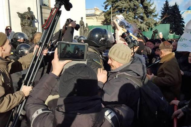 Сутичка між фермерами та спецпризначенцями під Верховною Радою України