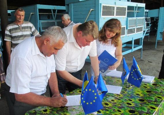 Вісім кооперативів отримали міні-ферми для вирощування кролів на Черкащині