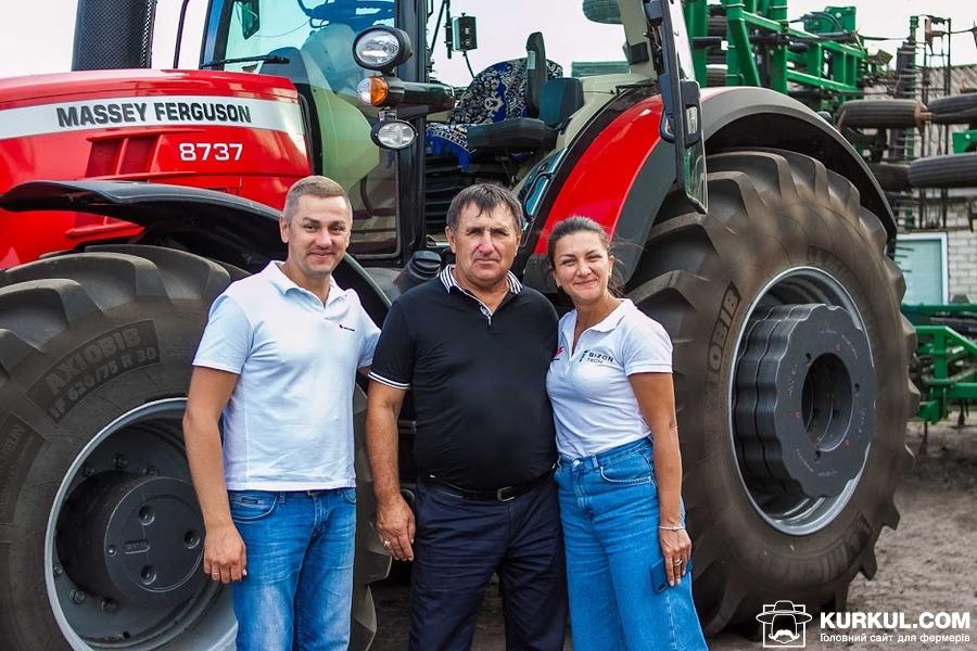 Роман Столяренко (зліва), Іван Семука та керівник відділу продажів «Бізон-Тех» Наталія Жильникова