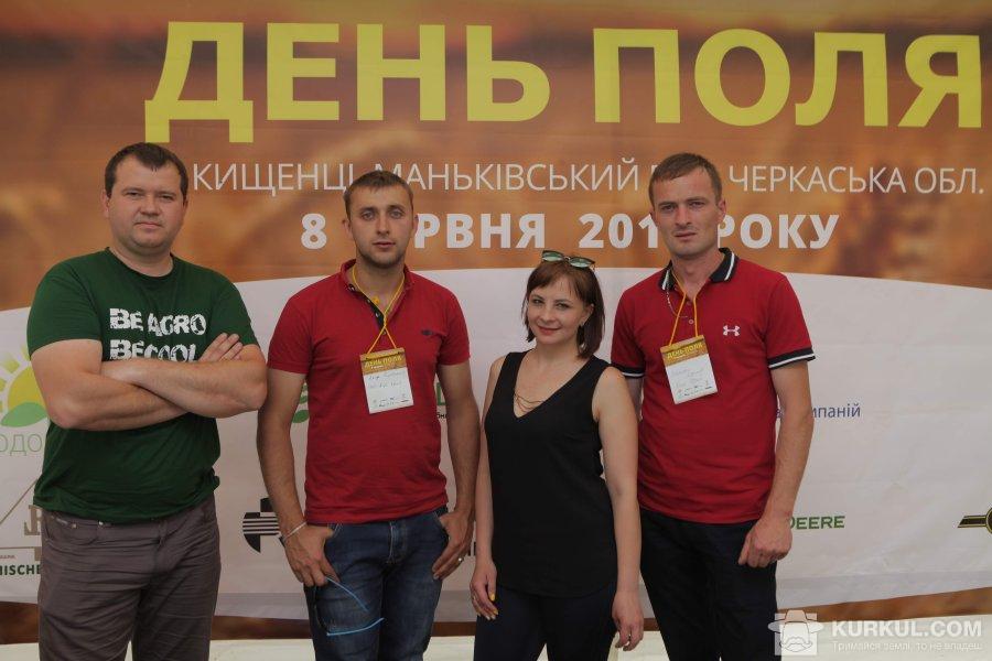Богдан Басанець, агроном з мінеральних добрив і насіння ТОВ «Агрокрай» (ліворуч) з колегами