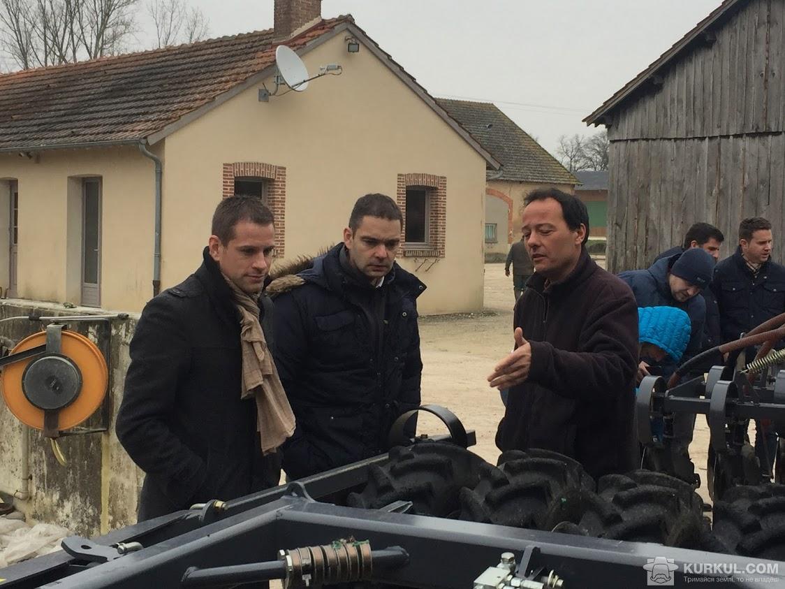 Філіп Сержо (праворуч) розповідає про власний досвід експлуатації сівалки
