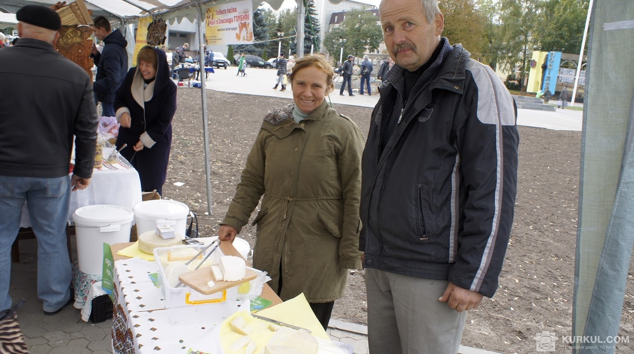 Анатолій Мішов з дружиною презентують сири власного виробництва