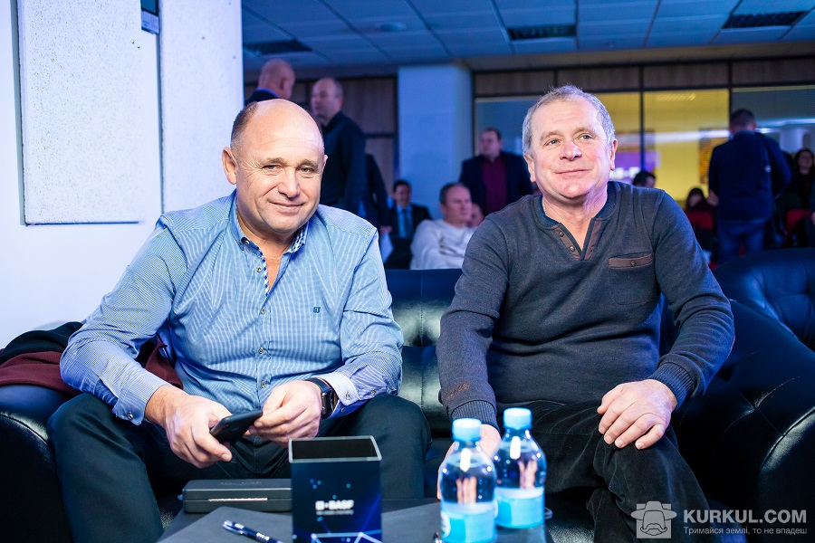 Валерій Ліневич (справа), керівник СВК «Вівсяницький» з учасником Клубу новаторів агробізнесу
