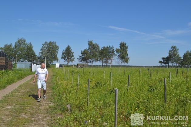 Олег Шубрат оглядає ділянки