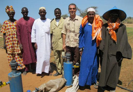 Сенегальські фермери навчаються встановлювати комплект для зрошення Tipa. Фото надано компанією MASHAV