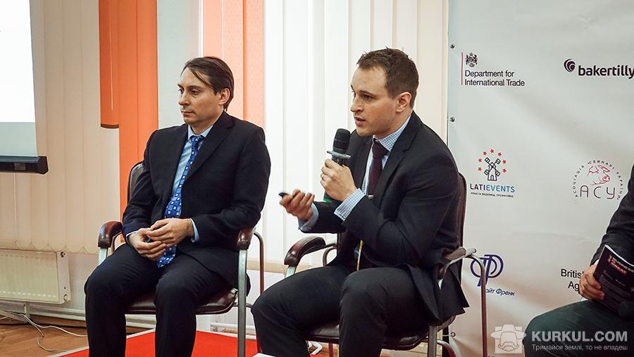 Доктор Лоуренс Джон Браун, спеціаліст із комерційних питань Департаменту розвитку торгівлі Великобританії (праворуч)