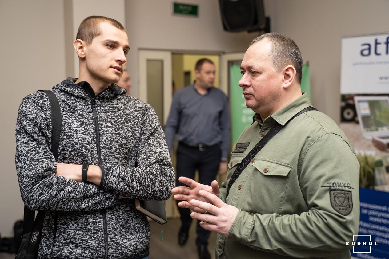 Вадим Плотніков, консультант з агрономії компанії PLANT DESIGNS (праворуч)