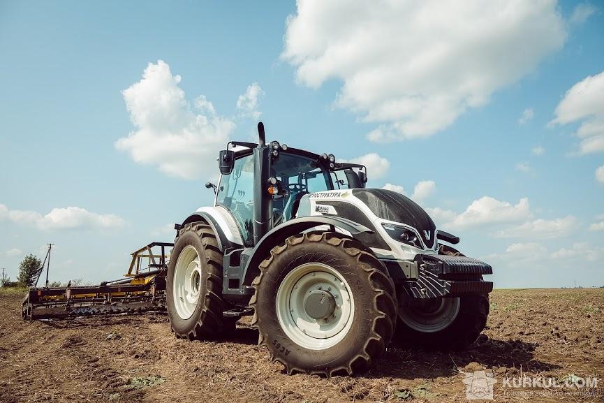 Трактор на полі