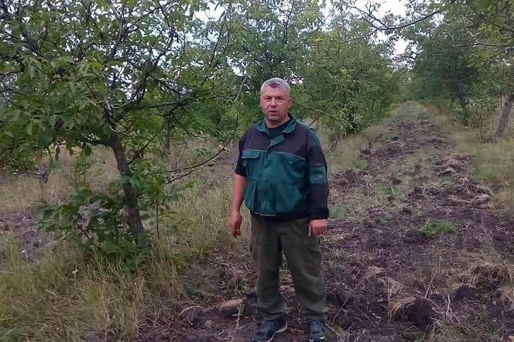 Іван Юкал, керівник ФГ «Єфрем» у саду волоського горіха