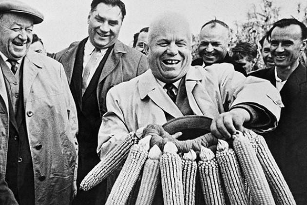 Хрущов дарує кукурудзяний вінок одному з українських колгоспів, lenta.ru