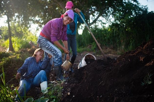 Робітники ферми Фінка Марта діляться зворушливим моментом