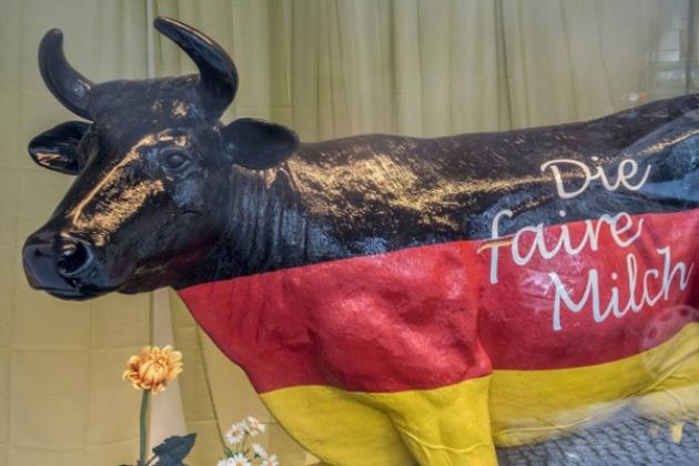 Брендована скульптура корови