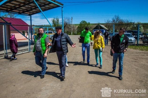 Юрій Яловчук показує територію господарства