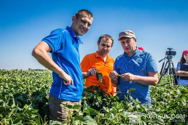 Олександр Кохан (зліва) у полі разом з колегами