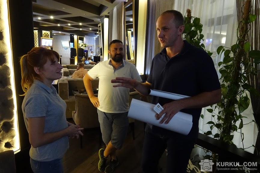 Юрій Гнатюк, директор підприємства «Лайф-Інвест» спілкується з агроекспедиторами