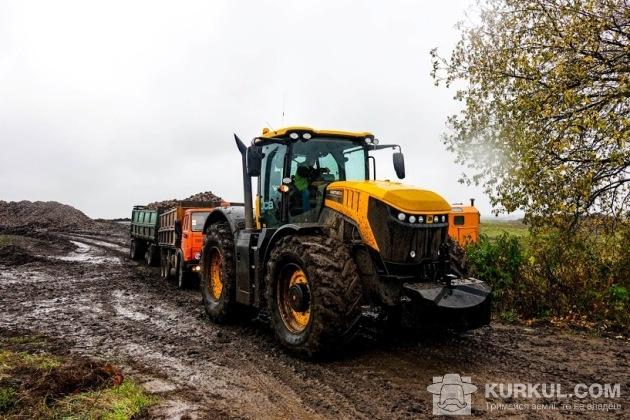 Трактор допомагає вивозити буряк з поля