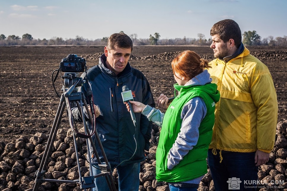 Микола Пивовар дає інтерв'ю на полі