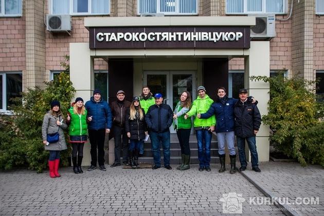 АгроЕкспедитори біля парадного входу заводу