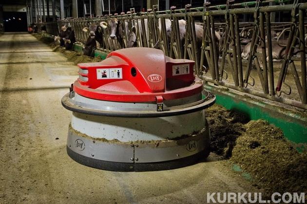 Робот для підгортання кормів