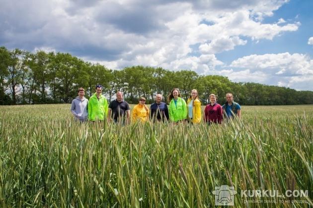Команда агроекспедиторів на полі господарства «Маяк»