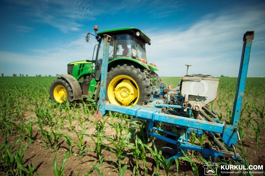 Трактор John Deere 6110B із культиватором вітчизняного виробництва