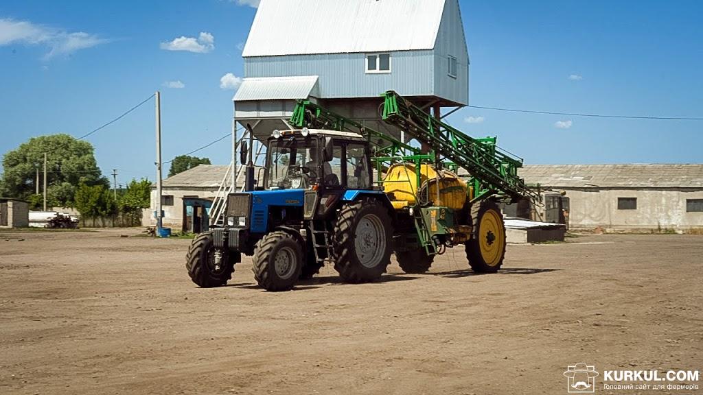 Трактор Беларус 892 з причіпним обприскувачем John Deere 732