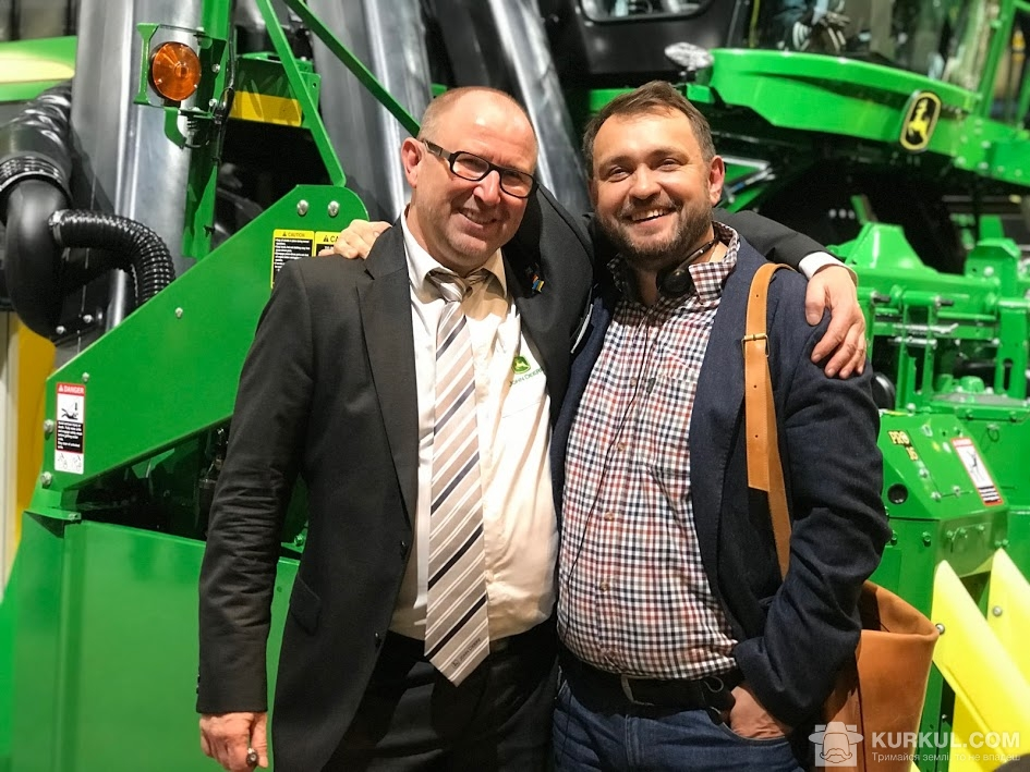 Cправа Андрій Душейко, керівник агропромислової корпорації «Дніпро», зліва представник компанії John Deere