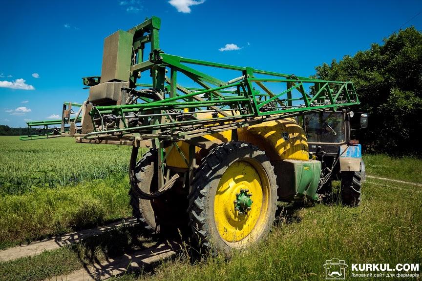 Причіпний обприскувач John Deere M 732 в агретуванні з трактором