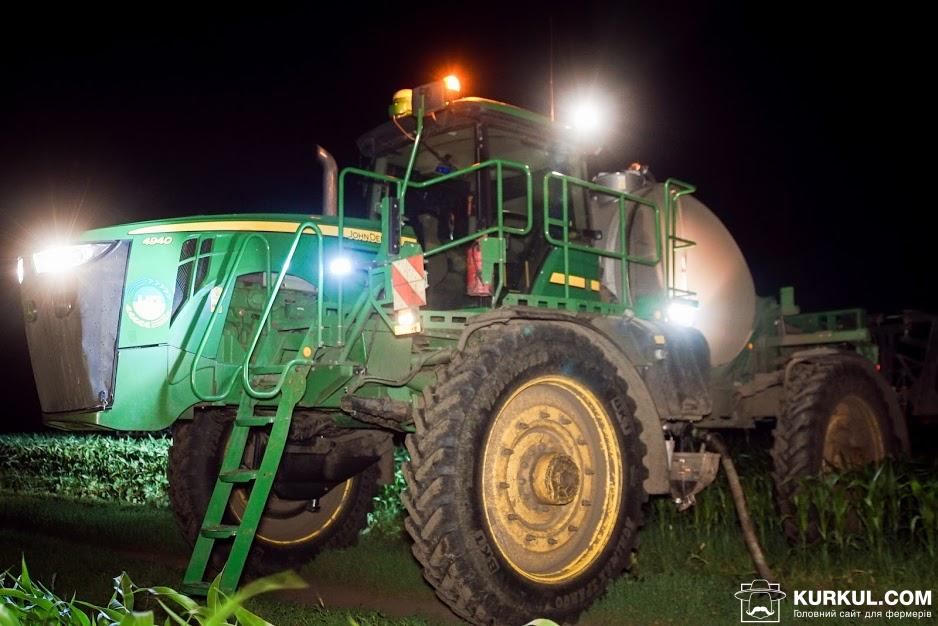 Нічне підживлення кукурудзи самохідним обприскувачем John Deere 4940