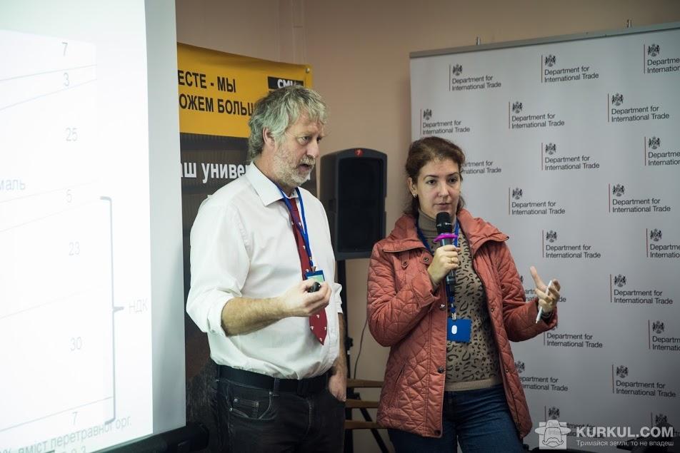 Дейв Девіс під час виступу на семінарі