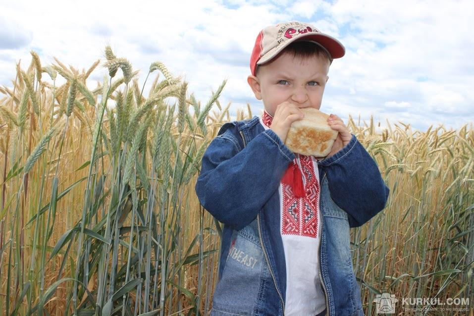 Діти куштують смачний хліб