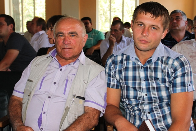 Василь Калган з ветеринаром свого господарства