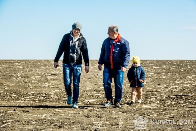 Юрій Мороз з родиною на полі