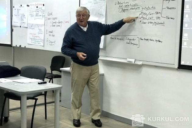 Джон Шилінгер під час лекції в Києво-Могилянській бізнес школі (KMBS)