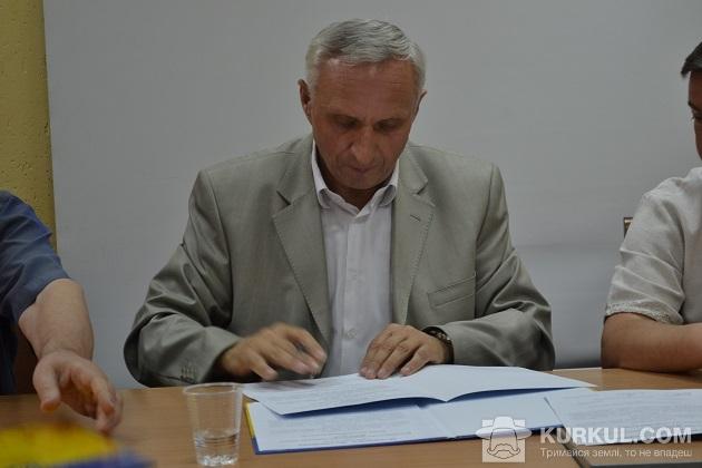 Іван Томич підписує угоду про збереження земель