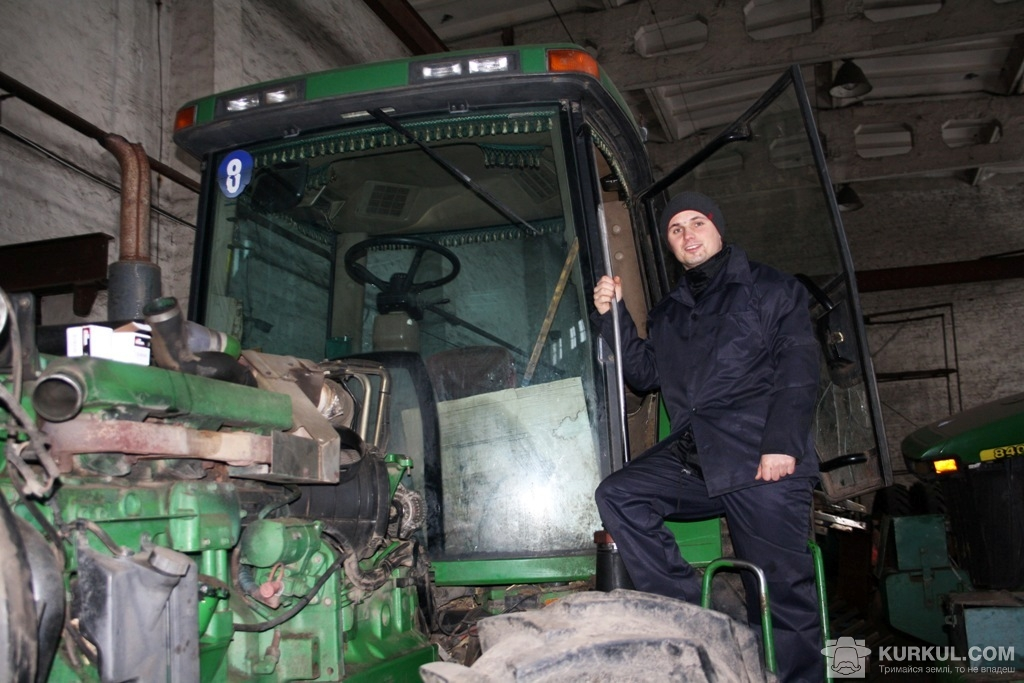 Новоспечений практикант у справжній трактористській спецівці