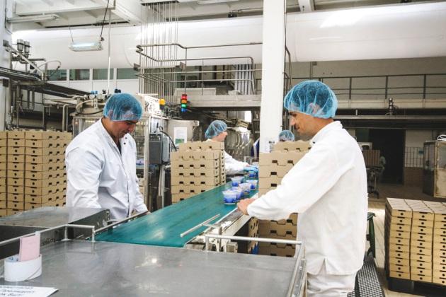 Працівники молокопереробного заводу компанії Лакталіс