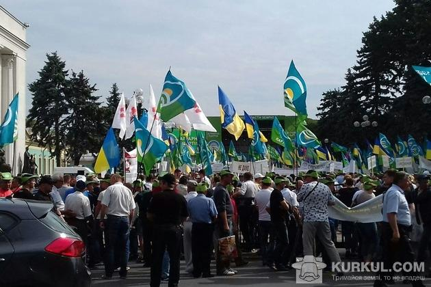Учасники мітингу  проти відкриття ринку землі
