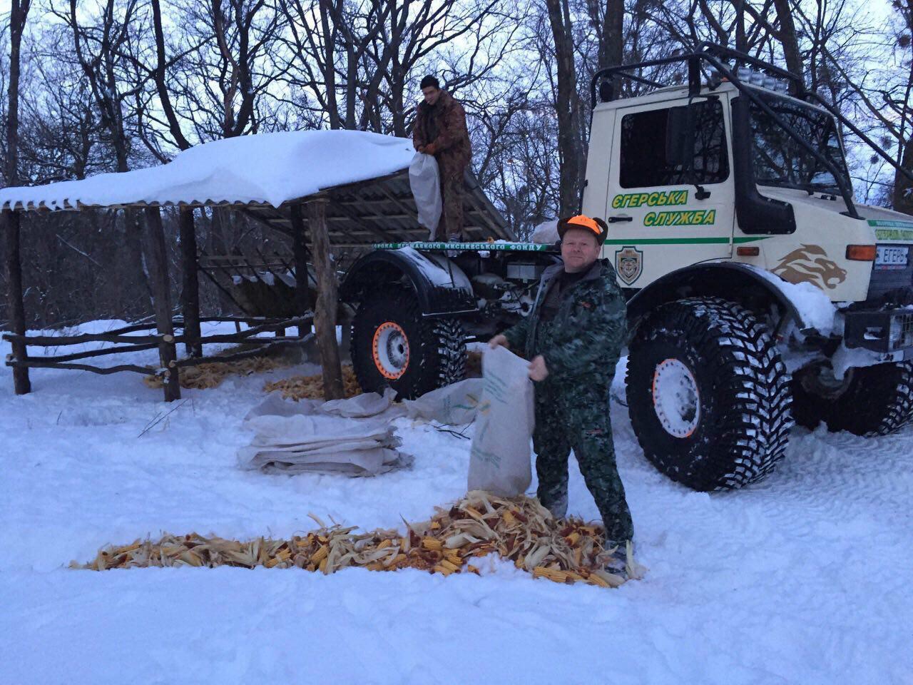 Олександр Подоляка організовує підгодівлю звірів на території свого господарства